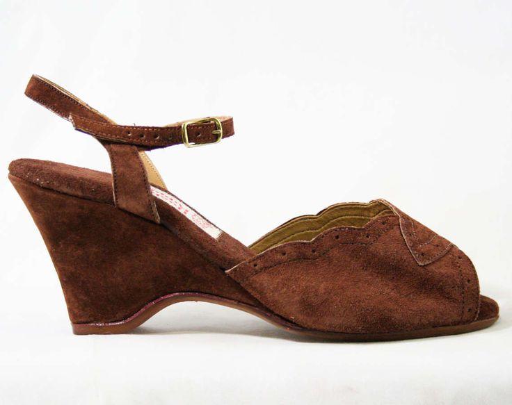 30s tacchi Strappy sandali - dimensione 6 W - scarpe di camoscio marrone morbido degli anni settanta - stile Deco - - Open Toe - in stile anni 70 Hush Puppies - scorte morte - 43213-1 di vintagevixen su Etsy