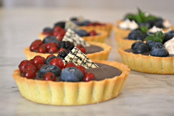 Chocolate ganache tartelettes with fruit