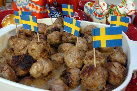 La ricetta delle polpette svedesi è una preparazione abbastanza facile da cucinare, semplice e gustosa. Si prepara con tre tipi di carne macinata insieme a mollica di pane, associato poi alla salsa a base di panna e latte.