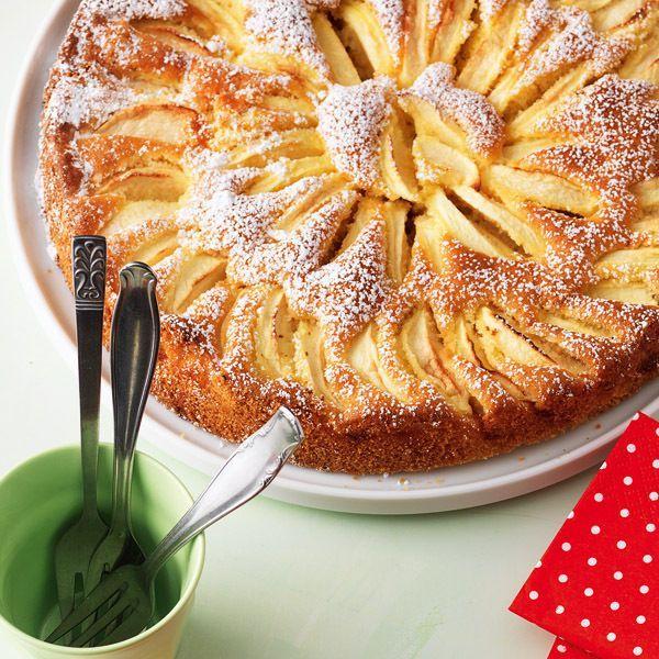 Gelingt ganz leicht und kann je nach Saison von den Obstsorten her angepasst belegt werden - ein wahres Allroundgenie dieser versunkene Kuchen.