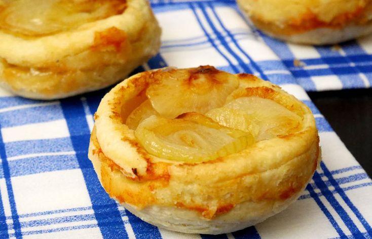 Delle golosissime mini tatin con gorgonzola e cipolle: se volete continuare a baciare la vostra dolce metà..mangiatele in coppia!