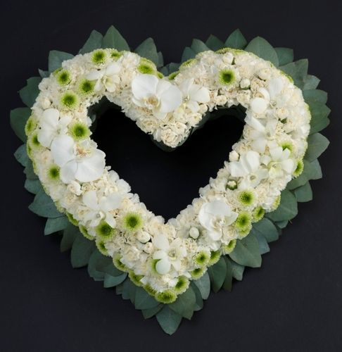 White heart wreaths - A heart is a beautiful and personalized greeting Grief Works - Flower af Hansen AS