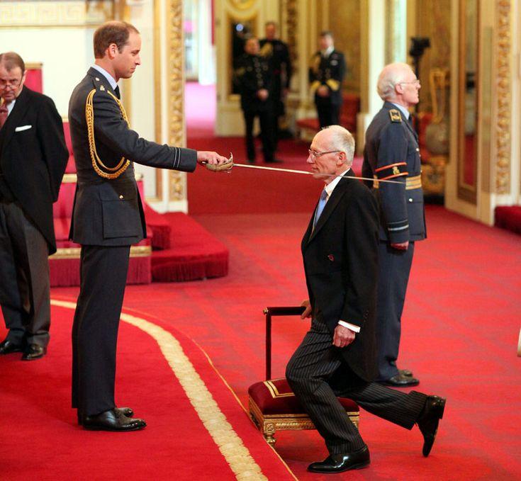 William condecora al ginecobstetra que trajo al mundo al Principe George