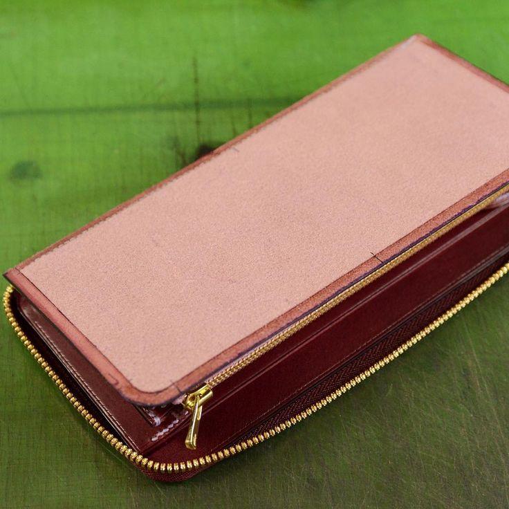 Making of a zipper wallet. #ordermade #bespoke #bespokeleather #leather #leathercraft #leatherwork #handstitch #handsewn #leatherwork #leathergoods #luggage #atelier #leathertool