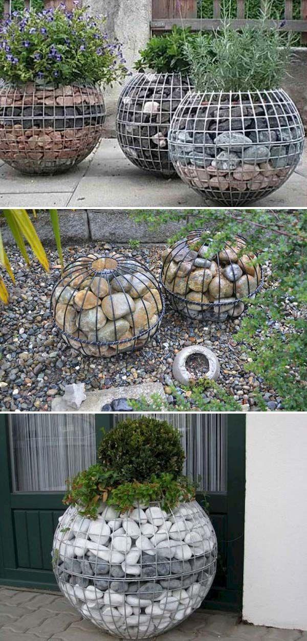 Garten-Gabionen-Ball hergestellt aus Drahtgeflecht und Flussfelsen