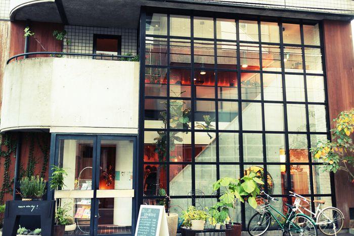 2Fがカフェスペース、1Fがショップとなっています。ガラス張りでインパクトのあるかっこいい外観。
