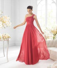 Vestido largo de un hombro en color rojizo (podría ser Coral) para damas de boda