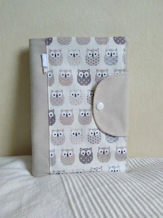 Protège carnet de santé personnalisable pour les garcons en toile beige clair, mastic et coton ecru à motifs petits hiboux . Protege carnets de sante doublé de toile beige cla - 19801598