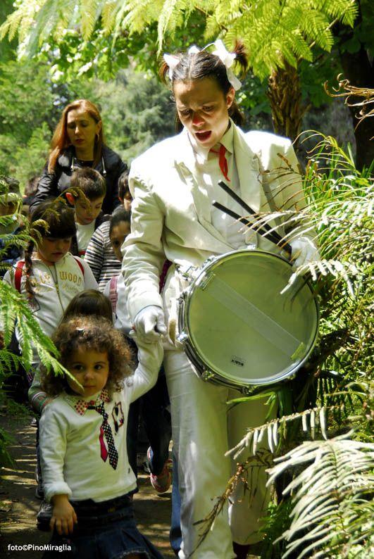 """""""Come Alice..."""" - I Teatrini regia Giovanna Facciolo foto@PinoMiraglia — presso Orto Botanico di Napoli."""
