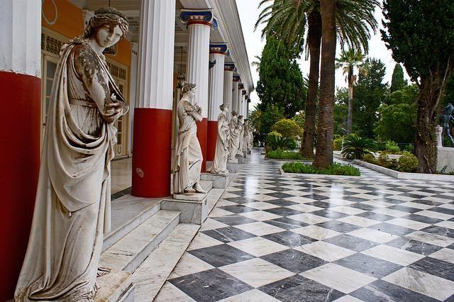 Achillion, znajduje się w niewielkiej odległości od centrum miasta Kerkira. Pod tą tajemniczą nazwą kryje się wspaniała rezydencja zbudowana pod koniec XIX wieku przez cesarzową Sissi,jako  okazała letnia rezydencja otoczona znakomitymi ogrodami. Pałac, jego bogate wnętrza a także ogrody zostały udostępnione do zwiedzania.