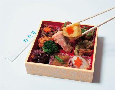 <駅弁> 駅弁には、日本の食文化がつまっています。「なだ万厨房 エキュート品川店」のお弁当で旅の楽しさ倍増。  Photo:Yoshio Kato【GINZA編集長 中島敏子】  http://lexus.jp/cp/10editors/contents/ginza/index.html  ※掲載写真の権利及び管理責任は各編集部にあります。LEXUS pinterestに投稿されたコメントは、LEXUSの基準により取り下げる場合があります。
