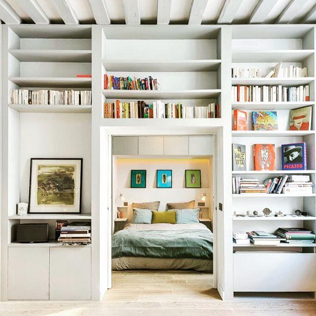 Deze kast in een charmant appartement in Parijs vind ik echt heel gaaf! Het is een hele toffe manier om de ruimte te verdelen, en bovendien kan je zo persoonlijke items goed tentoonstellen! Wil je meer zien, kijk dan op DesignKabinet.com #design #interieur #wonen #appartement #parijs #interior #interiors #interior4all #interiordesign #paris #apartment #bedroom #bed #home #homedecor #homedesign #inspiration #instastyle #style #instapic #photooftheday #morning #living #architecture #classic…