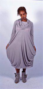 Kekoo jurk € 39,- Soepelvallende jurk met grote kol. De jurk is heel licht grijs, heeft een lange mouw en leuke bollingen onderin.  Materiaal: 47% viscose  35%  polyester 18% linnen  Maten: 1 tm 3 maat 1 van oksel tot oksel 54 en lengte middenachter 119 maat 2 van oksel tot oksel 60 en lengte middenachter 119 maat 3 van oksel tot oksel 67 en lengte middenachter 119
