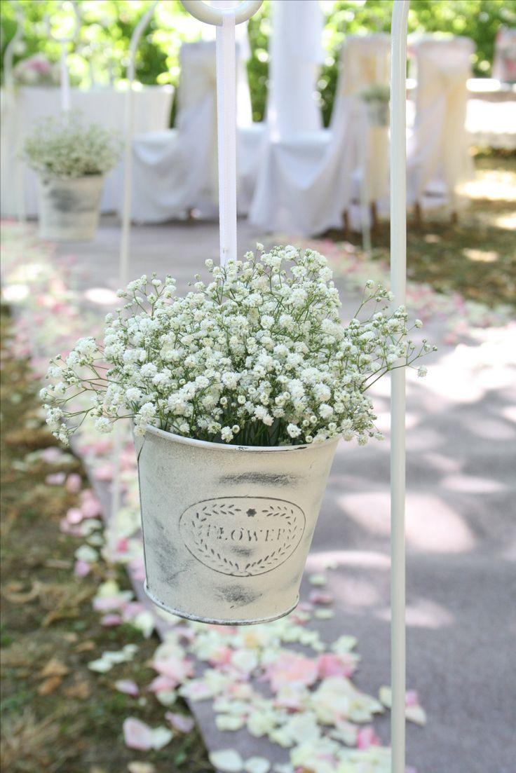 A rezgő és a sziromszórás a romantikus esküvői szertartás elmaradhatatlan kellékei.