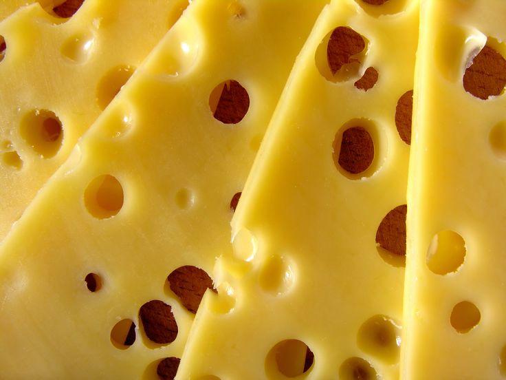 Um novo estudo dá conta que a espermidina presente em alguns queijos combate o cancro em laboratório. Mas o queijo também aumenta o colesterol? E é mau para a tensão arterial? E se lhe dissermos que é uma colónia de bactérias? Conheça 10 curiosidades sobre este alimento.