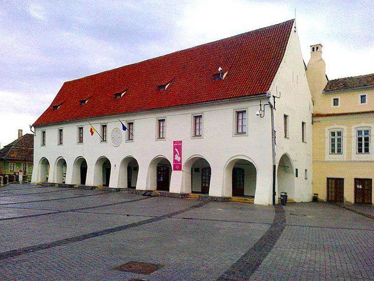 """Muzeul de Etnografie şi Artă Populară Săsească """"Emil Sigerus"""" a fost înfiinţat la 1 iulie 1997. Cele mai importante piese gestionate în patrimonial muzeal au aparţinut unor colecţionari renumiţi, precum Emil Sigerus, Julius Bielz, Wihelm şi Gisela Richter, Carl Engber şi Erwin Ulbrich."""