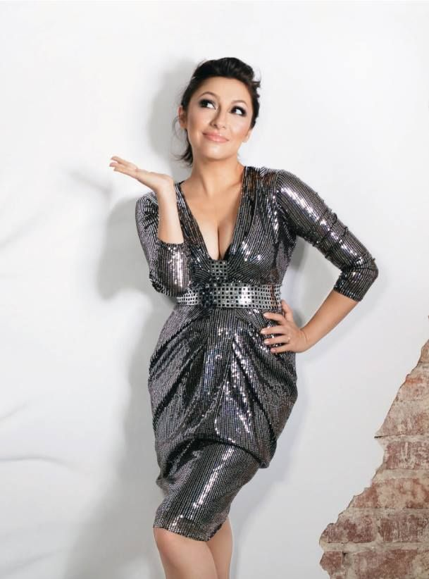 Andra a stralucit in rochia Versace la o sedinta foto pentru revista Unica.  Inchiriaza rochia de ocazie Versace de aici: www.dressbox.ro/rochii/versace-vs08.html