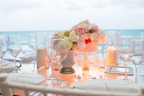 Centro de mesa para boda en la playa con rosas blancas y rosas / Centerpiece for beach wedding with white and pink roses #Boda #Wedding #Roses #Rosas #Playa #Beach