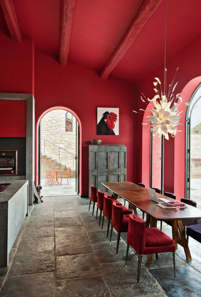 murs de couleur carmin intérieur moderne, plafond rouge, fenetre, lustre