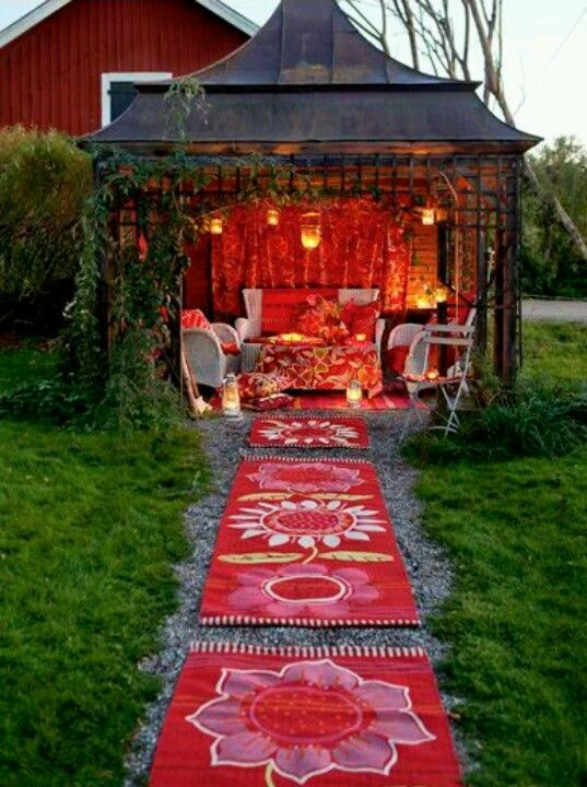 This outdoor meditation area looks like the perfect spot to relax.
