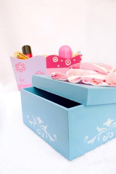 Cajas decoradas con apliques en tela y técnica de stencil.