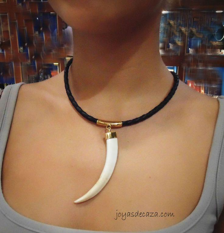 collar navaja de jabali colgando en  plata bañada en oro de 23 kilates, con cuero negro , de la firma joyasdecaza.com