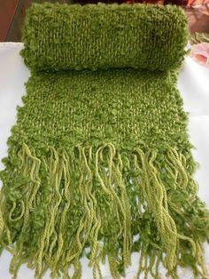 Feito em Tear de pente liço. Verde abacate.1:80cm +franja.