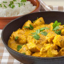 Esta receta de pollo al curry con piña y coco tiene todo el sabor de los currys asiáticos, un plato aromático, sencillo pero perfecto para lucirte.