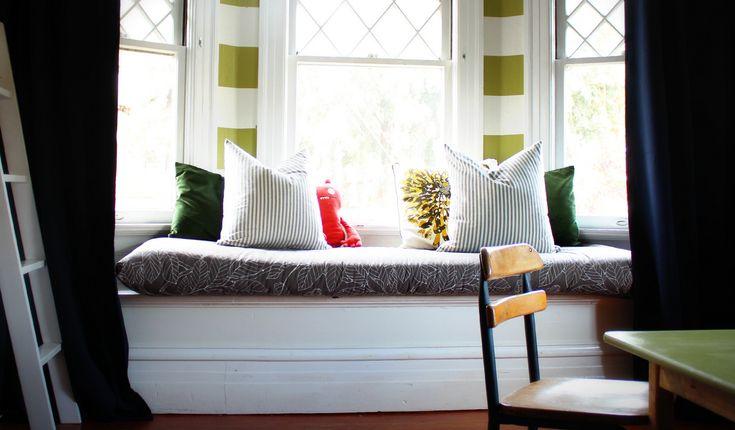 Do wnęki przy oknie dodaj poduszki i stwórz swój własny klimatyczny zakątek! #okno #dom #design #decor #home #inspiration #window