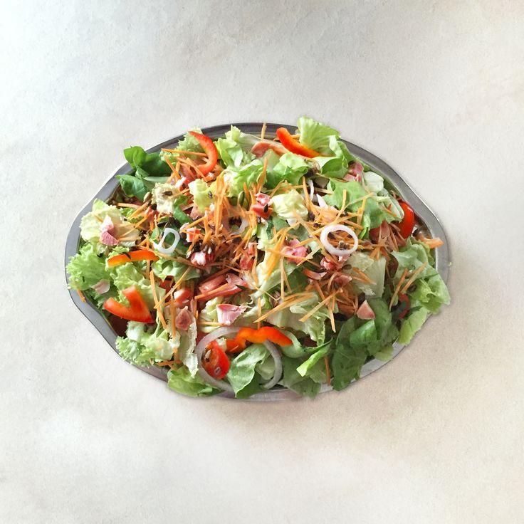 Wielu z naszych gości dba o linie 💪🏼 dlatego przygotowujemy rownież dania niskokaloryczne. 😋 Tym razem serwowaliśmy sałatkę z wędzonym kurczakiem w sosie musztardowo-miodowym 🍯🍗 #sałatka #niskokaloryczne #zdrowejedzenie #śniadanie #breakfest #fitfood #healthy #fit #salad #healthyeating