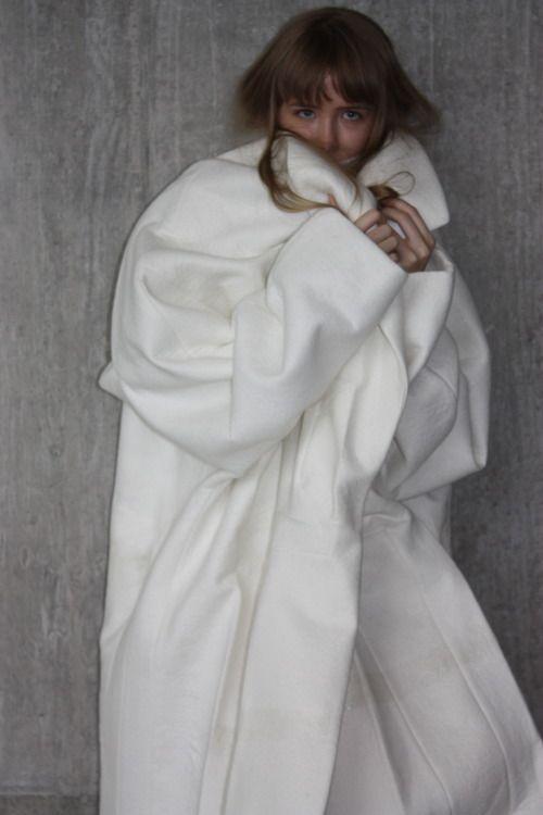 Sculptural Fashion - oversized white coat, experimental fashion design // Ernesto Naranjo