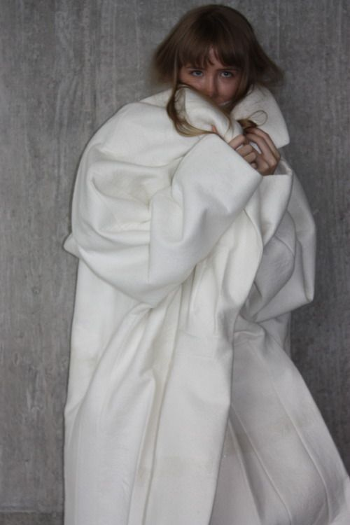 Sculptural Fashion - oversized white coat, experimental fashion design // Ernesto Naranjo