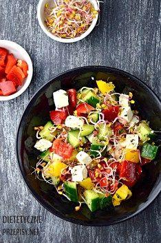 Szybka chrupiąca sałatka z kiełkami i serem feta | – Dietetyczne przepisy –