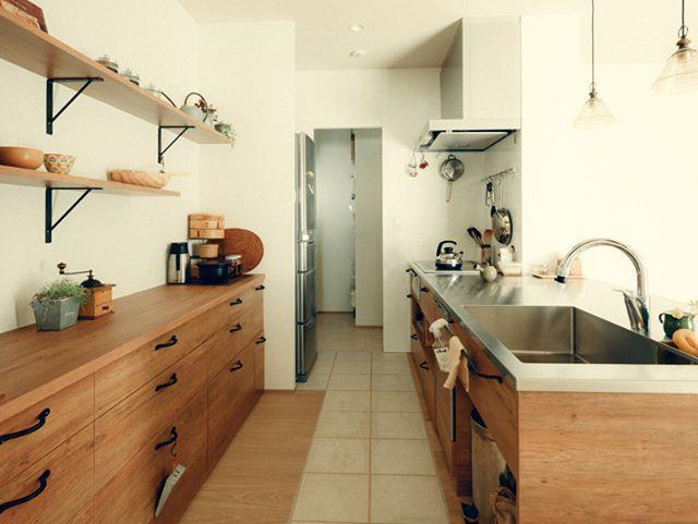 素朴な空間に合う木目を基調とした温かい雰囲気のキッチン 汚れやすい