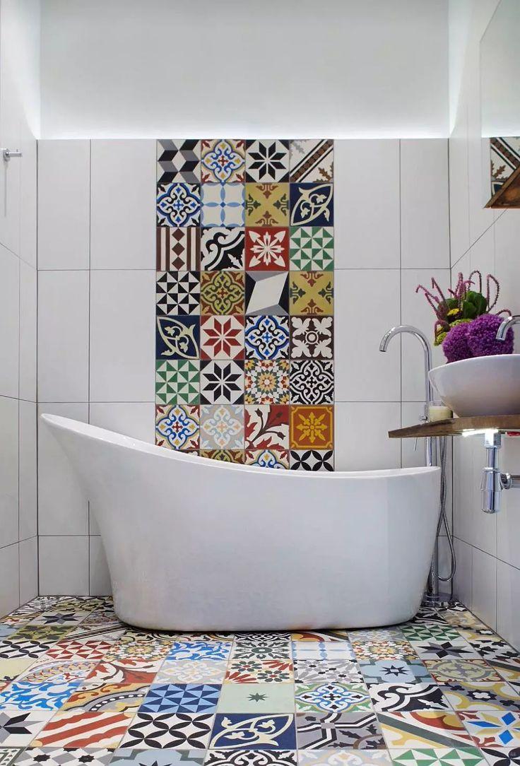 Bagno moderno Mediterraneo per chi ama le piastrelle patchwork