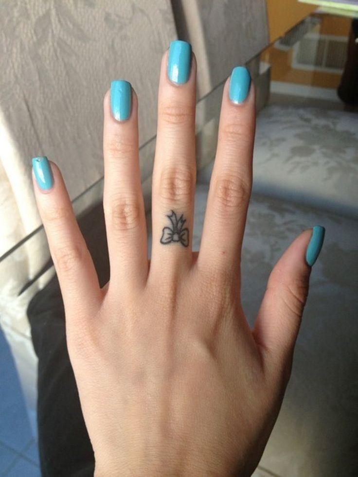 Tatouage doigt femme et homme, petites idées à grand symbolisme