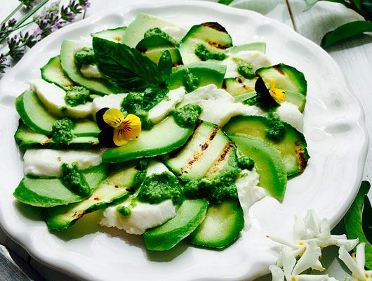 Ricette senza glutine - Lavate e mondate le zucchine poi tagliatele a fette leggermente in obliquo così saranno più grandi. Grigliatele solo con pizzico di sale per