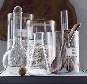 Mettez un peu de science votre déco ! Saupoudrez-là de quelques vases éprouvette en verre en différents formats, et le tour sera joué. Vase éprouvette en verre signé Bloomingville