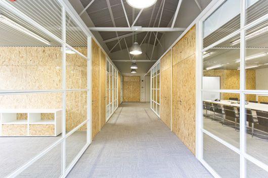 Oficinas de CACAOLAT en Barcelona. Proyecto Pilar Líbano y Jaume Pons con mamparas de tablero OSB