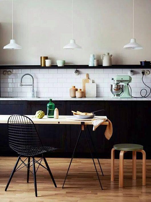 Une cuisine noire et sa crédence blanche