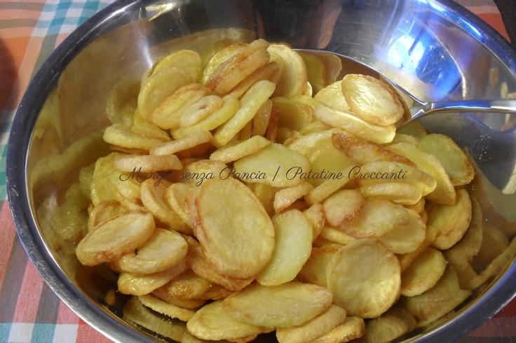 Delle squisite patatine croccanti al forno che piaceranno a grandi e bambini adatte per accompagnare i secondi piatti più sfiziosi