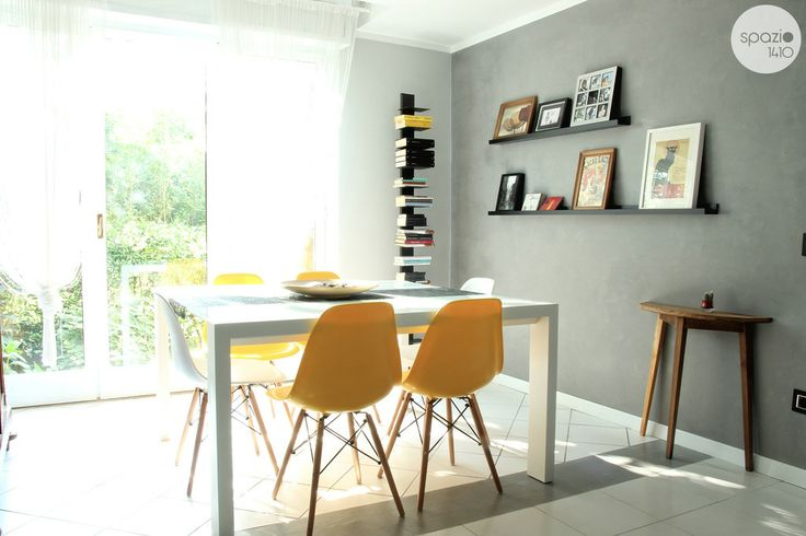 LA ZONA PRANZO :: Il grande tavolo bianco 140x140cm è l'ideale per le cene in compagnia dove riuscire a colloquiare anche a tavola. E se non bastasse si può allungare fino ad accogliere 12 persone per belle feste in famiglia. #casa #interni #interior #design #home