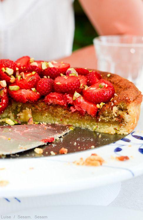 Jordbærtærte med pistaciemazarin — Sesam, Sesam