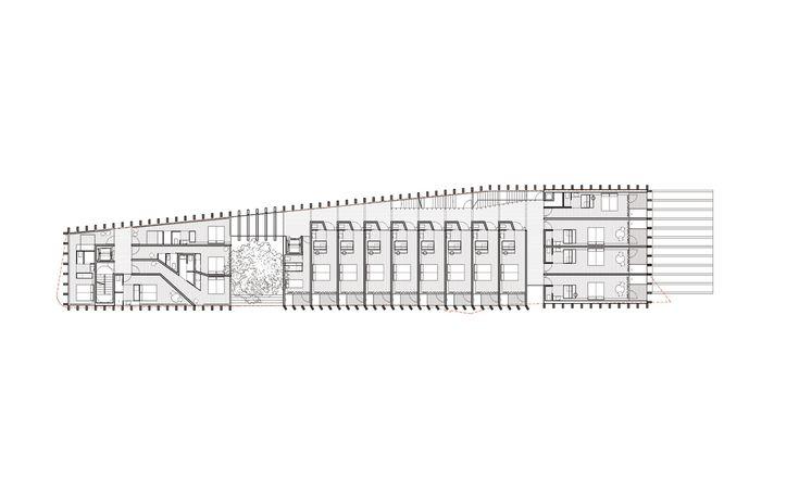 Tres volúmenes ligeros en un paisaje único. Una parcela estrecha y alargada en primera línea del mar y rodeada de un entorno natural excepcional. Una volumetría fragmentada que adapta su escala a las edificaciones aisladas de su entorno. Tres cuerpos de vidrio envueltos por lamas de madera que quieren garantizar transparencia, control solar y privacidad, mostrando siempre al mar.