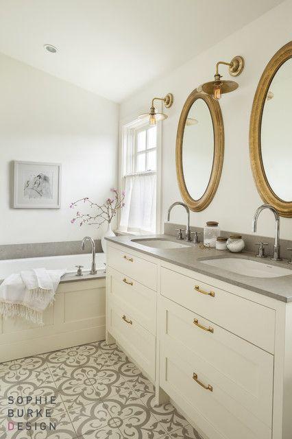 Γγρ│ Style moderne mais qui reste dans la tradition, en gris et blanc, sol en carrelage ciment, appliques laiton et cadres dorés, c'est une tendance... que j'aime bien.