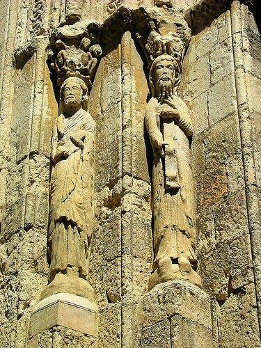Na arte romanica as estatuas eram complementos das arquiteturas.