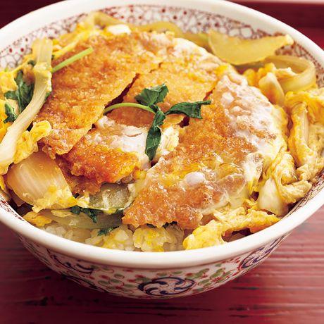 レタスクラブの簡単料理レシピ 卵と玉ねぎでボリュームアップ!「ハムカツ卵とじ丼」のレシピです。