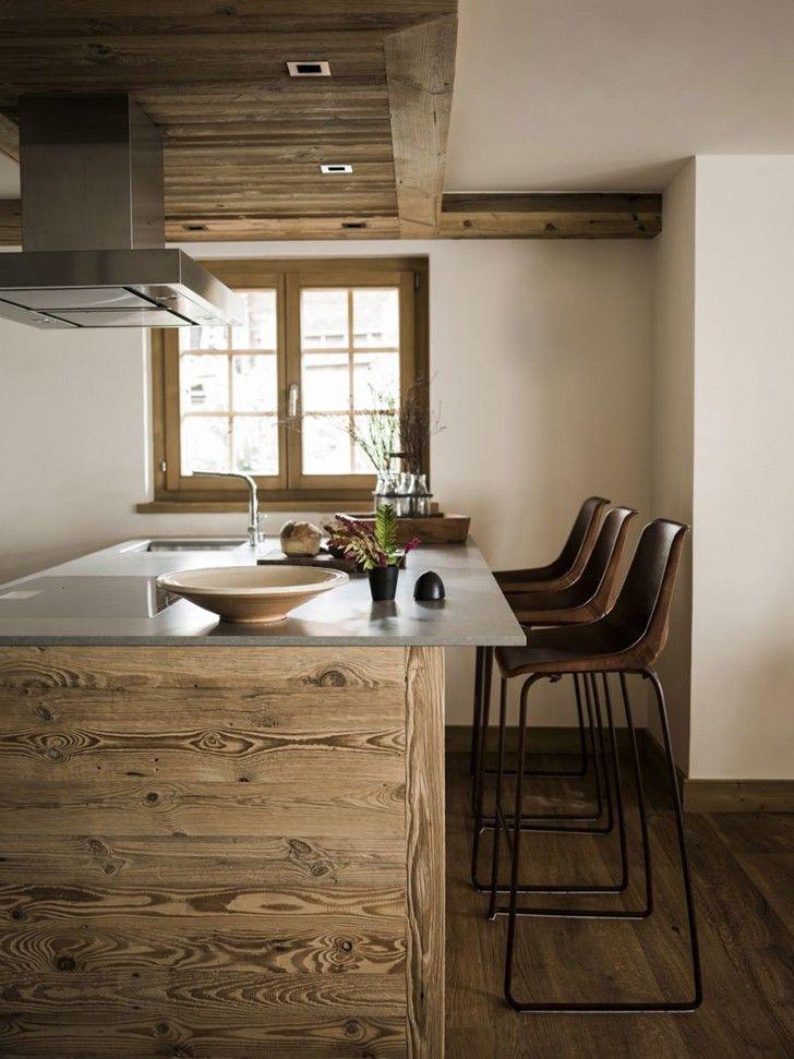 Каждый дизайнер подтвердит, что освещение играет ключевую роль в любом интерьере. В этом шале от замечательного дизайнера Marianne Teigen естественного света очень много и все благодаря большим панорамным окнам. Нетрадиционное решение для шале — покраска стен в светлый цвет. Такой подход только акцентирует на аутентичных деревянных потолочных балках, лестнице и межкомнатных колоннах. Текстиль натуральных оттенков, …