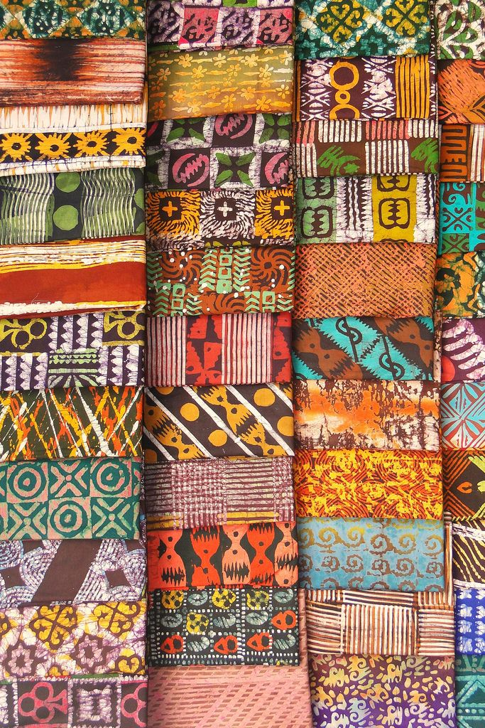 Belos tecidos Kente (Batik) vendidos no Mercado de Kumasi, em Gana.  Fotografia: Adam Jones, Ph.D. no Flickr.