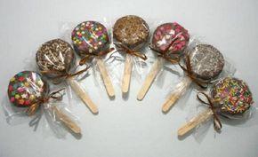 O Alfajor de Biscoito no Palito é super fácil de fazer, econômico e fica lindo e delicioso. Faça para enfeitar as festinhas infantis ou para vender por uni